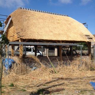 Eiken bijgebouw: carport met rieten dak