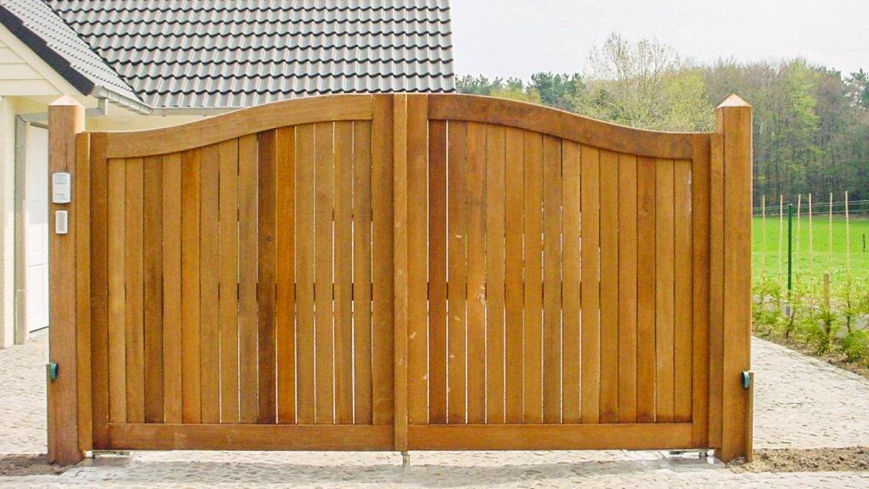 Portail d 39 entr e en bois dur arrondi for Portail entree